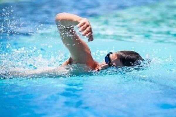 Bơi lội là phương pháp kéo dài chân hiệu quả