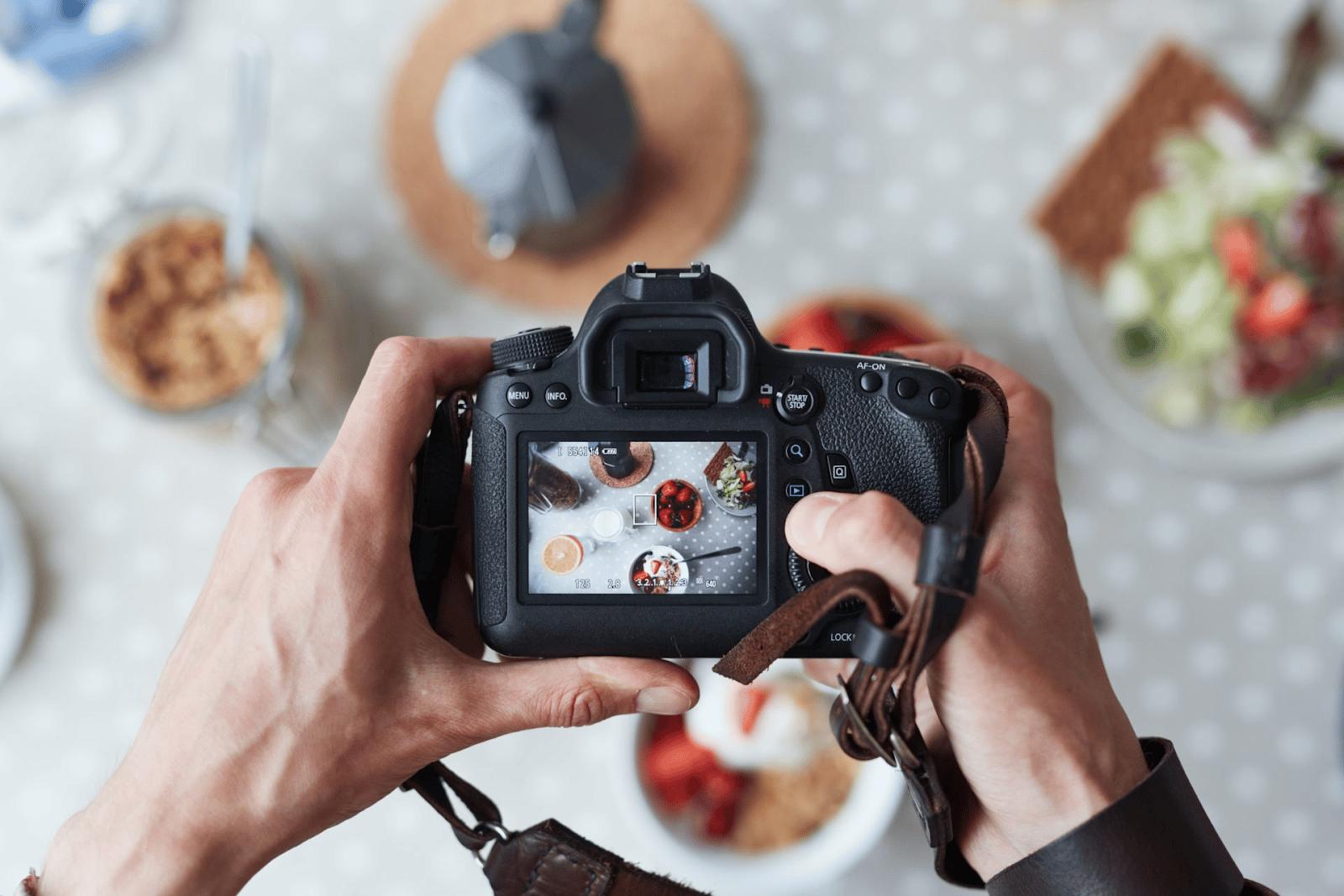 Snapseed là một phần mềm chụp ảnh đẹp được ca tụng là photoshop phiên bản thu nhỏ bản điện thoại. Snapseed chụp ảnh hoàn toàn khác biệt với ulike. Không có các chức năng như làm đẹp như mắt, môi, mũ (ứng dụng trang điểm) mà trên hết snapseed có thể giúp bạn chuyển đổi màu ảnh để đạt cho được bức ảnh với độ màu đẹp nhất và tự nhiên nhấ
