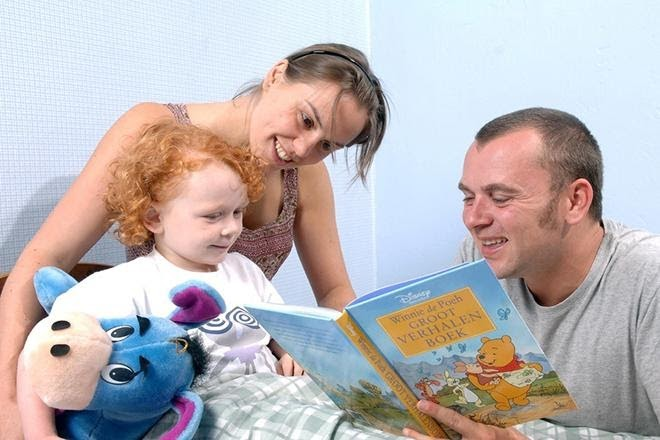 Giờ đọc truyện cho con là ý tưởng chụp ảnh gia đình thú vị